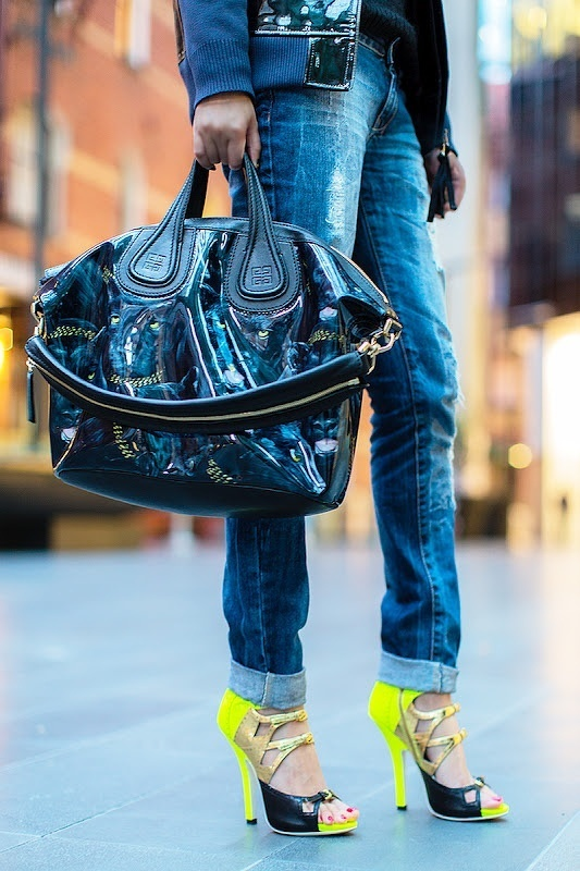 Michelle van Dollymic met haar neon & gouden Miu Miu's