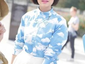 wolkenprint blouse gebreide rok streetstyle parijs fashion week