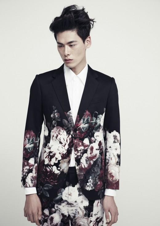 Mannelijk model Kim Won Joong in donker pak met bloemenpriny van ontwerper Kim Seo Ryong Homme (SS13)